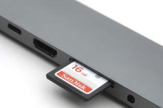 具備有 SD 及 microSD 插槽。