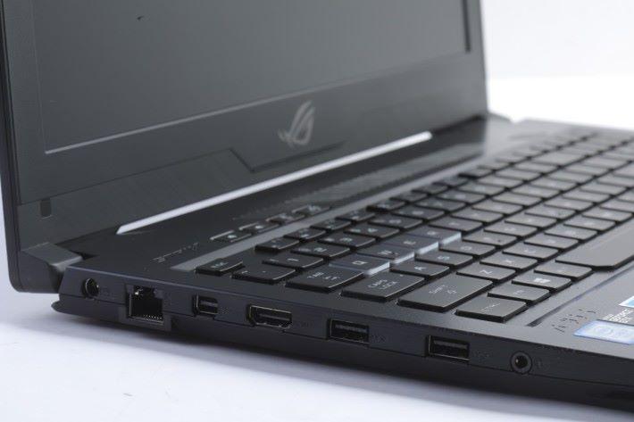 機身左側有 LAN Port 、mini DisplayPort、HDMI Port、兩組 USB-C 3.1 以及 3.5mm 音源插孔。
