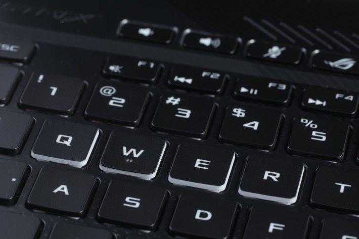 MOBA 遊戲常用的 QWER 四鍵同時有特別標示。