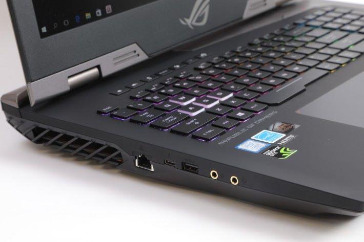機身左側有 LAN Port 、USB 3.0 、 USB-C 3.1 以及 3.5mm 音源插孔。