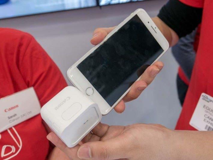 利用 Type-C 接頭,就能與手機連接。