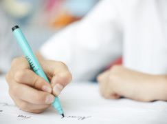 家長濫用「電子奶咀」孩子連筆也沒辦法拿好