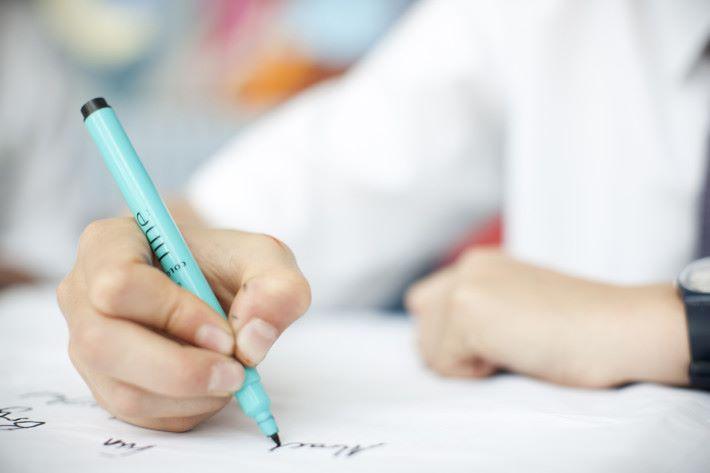 書寫並不是與生俱來的能力,要能拿著筆書寫,是需要對手指小肌肉的精進控制
