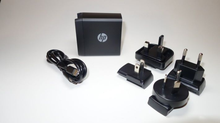 配備後備的 USB-C to USB-C 充電線,以及不同的插腳,方便用家在外地旅行公幹時使用。