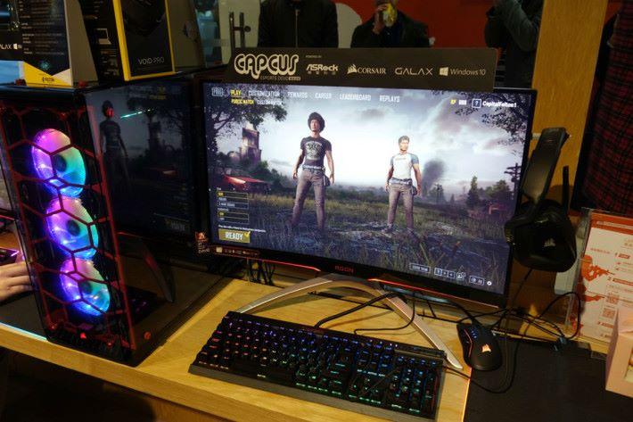 電腦、曲面屏幕、鍵盤等都是 RGB 七彩燈光。