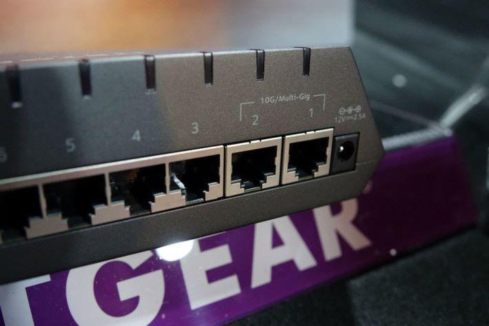 有兩個 10Gbps / mGig 埠。