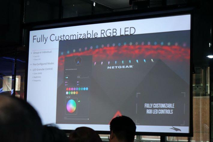 用家可自定每一個 Port 的 LED 燈顏色。