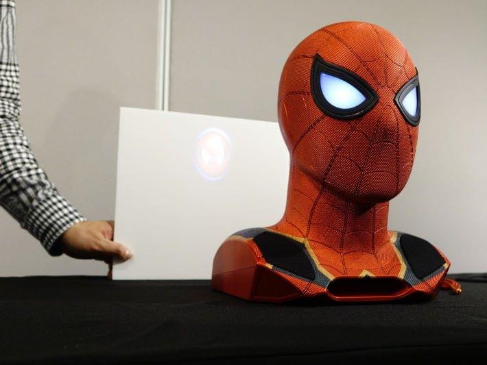 啟動時背後會有投影「黑蜘蛛俠」的圖案。