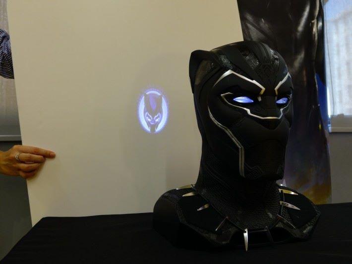 啟動時背後會有投影「黑豹」的圖案。
