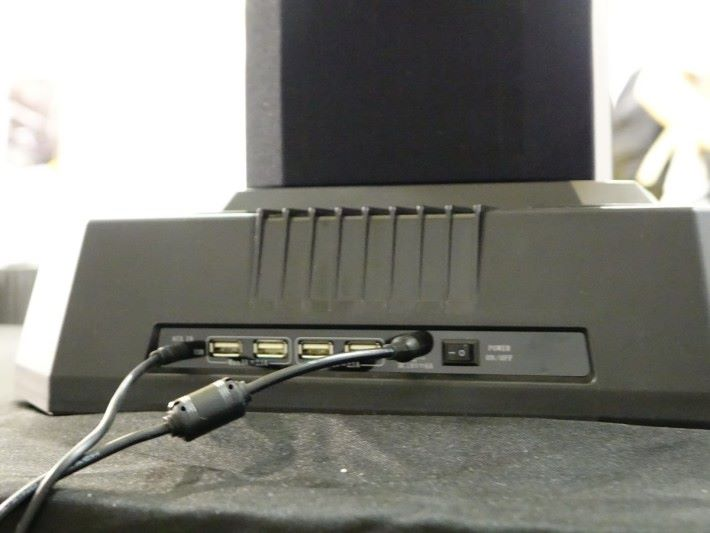 背後有 4 個 USB 插頭使用。