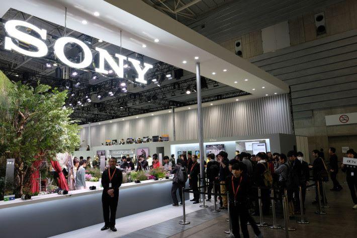 Sony 的 CP+ 攤位不少人輪候試 A7 III
