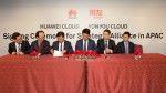 用友網絡海外事業部總裁胡彬(左三)和華為東南亞地區部總裁吳偉濤(右三)簽訂合作協議,同共向亞太區的企業提供雲應用,加速企業數碼轉型。