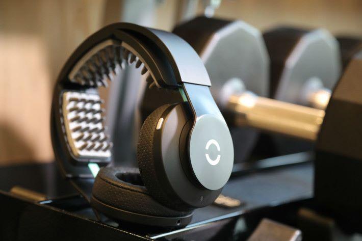 Halo Sport 內有 3 塊1刺激大腦運動皮層的配件。