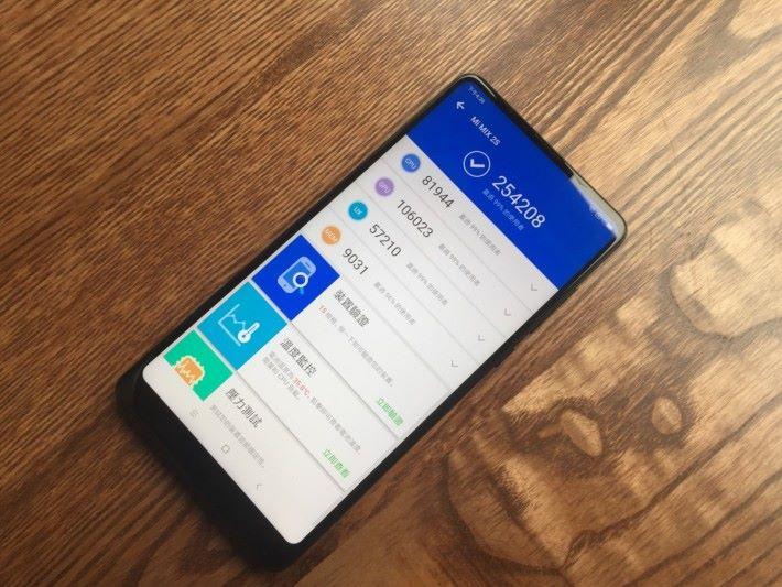 MIX 2S 於AnTuTu跑分得約 25 萬分,與普遍 Snapdragon 845 手機相若。