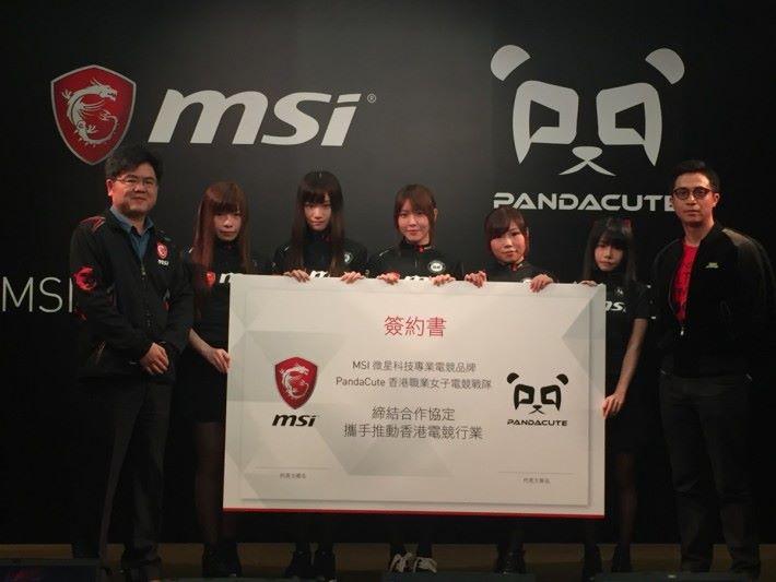 MSI 香港區業務代表 Frankie (左)、環球電競 CEO 文健鋒(右)兩人一起簽下簽約書。