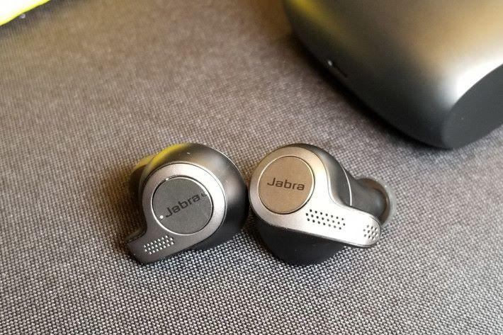 對比同廠的Elite Sport,此耳機設計更精緻,適合日常使用。