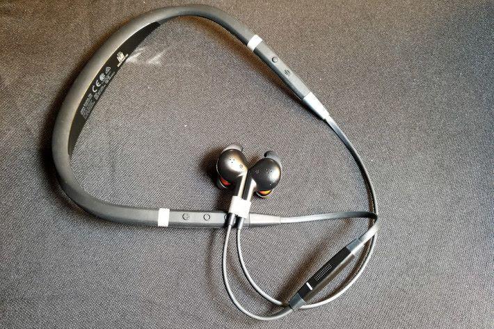 同場展出了企業用入耳式無線耳機 Evolve 75e ,同樣具備降噪功能,更通過 Skype for Business 認證。 Evolve 75e 定價 $2,015。