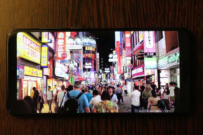 P20 Pro 的 6.1 吋 FullView 屏幕屬於 OLED 面板,實試播放 YouTube 影片,發色效果鮮豔亮麗。