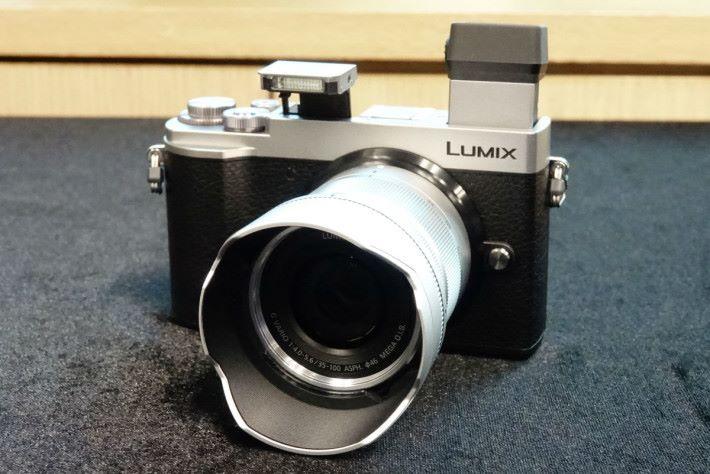 GX10 的電子觀景器可作 80 度調校,也有內置閃光燈。