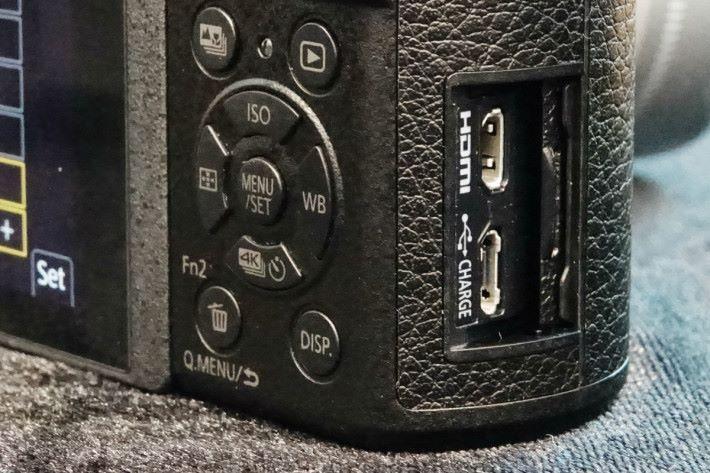 機側的插槽蓋以隱藏式設計,方便用家。