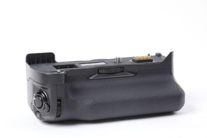配合 VPB-XH1 手柄合共有 3 顆電池,連拍更快之餘,也可連續拍 30 分鐘 4K 影片。