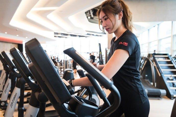 透過 Apple Watch 與健身器材連結,就可以更全面掌握運動成果。