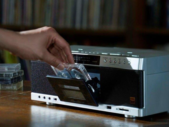 TY-AK1 除了可以播放 CD 和 卡式帶之外,更可以把歌曲轉檔成 40kHz 或以上數碼音樂。