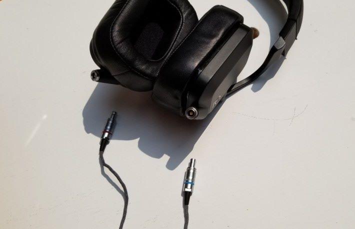 可換式耳機線使用左右獨立的 Lemo 插頭。