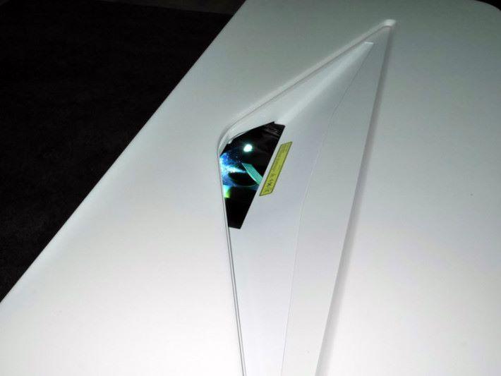 短投射式設計,只需24.5cm 距離就能投射 120吋的畫面