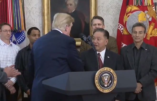 Broadcom 的 CEO Hock Tan 其實去年曾與特朗普在白宮會面,宣布將總公司搬到美國。