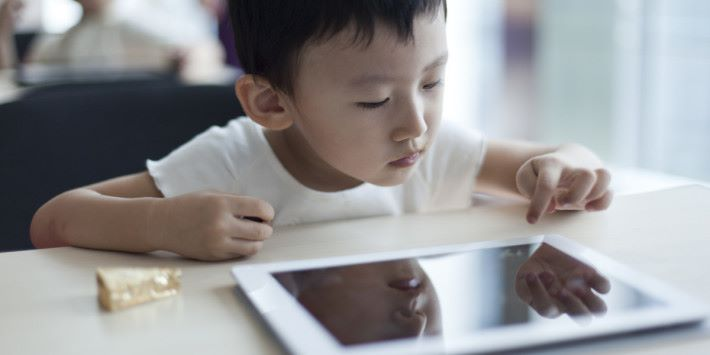 有研究發現,2 歲以下幼兒使用平板電腦或手機比例高達 58%