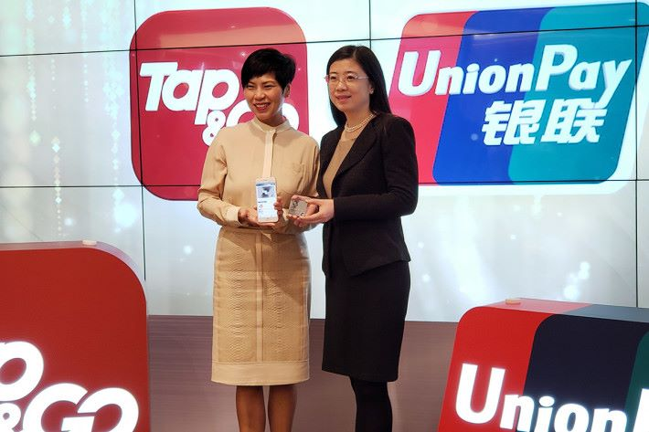 香港電訊支付業務主管梁海儀(左)與銀聯國際香港分公司副總經理邵敏(右)見証 Tap & Go 銀聯預付卡誕生。