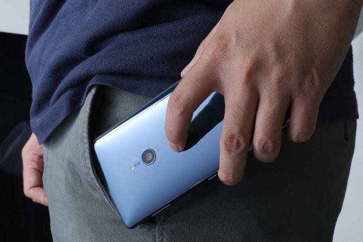 「Ambient Flow」設計為 XPERIA XZ2 帶來弧線機背,配合由Corning Gorilla Glass 5打造的流體3D玻璃面板,令手機握感更體貼,亦不失優雅。