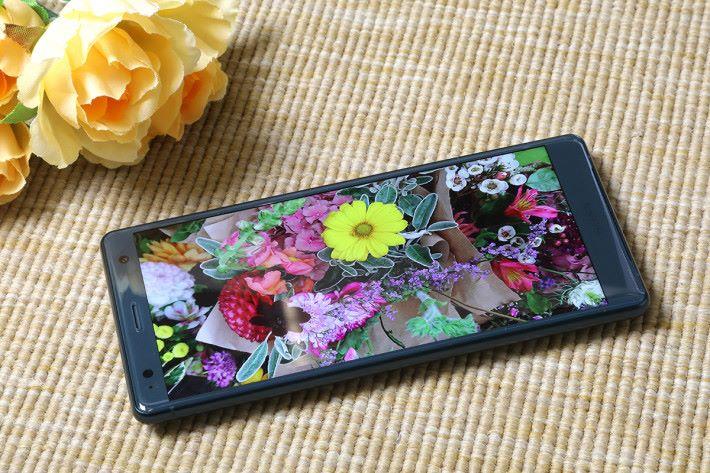 全新 5.7 吋 18:9 比例TRILUMINOS Display for Mobile 屏幕,支援 HDR 規格,可以更佳的對比度與清晰度欣賞精彩影片。