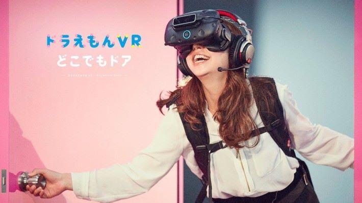 去年在東京 Skytree 展出的「叮噹 VR 隨意門」,就用上了 Leap Motion 追踪手掌動作。