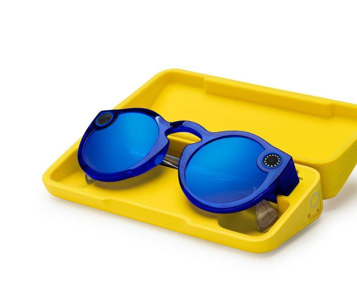 充電是放在專用充電眼鏡盒的