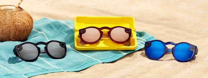 新版 Spectacles 有縞瑪瑙(黑)、藍寶石和瑪瑙(深紅)三種色,較上一代來得穩重。