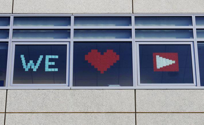在聖布魯諾的 Welmark 辦公室貼出 YouTube Logo 表示支持 YouTube 。