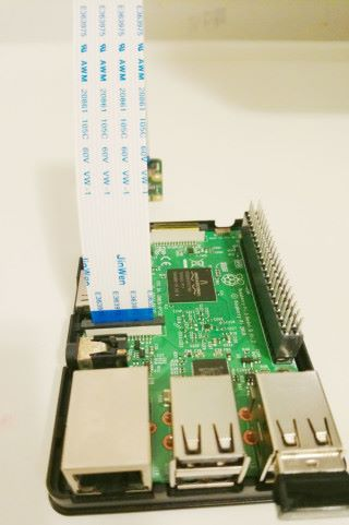 樹莓派的 Pi Camera 插槽需要拉起按鈕,才可以將 Pi Camera 接駁線插入槽中。