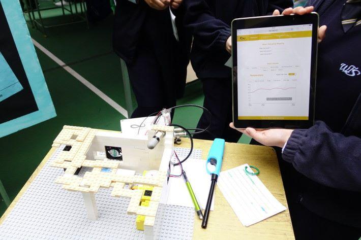 學生製作模型,並利用圈中的感測器和風扇改變熱空氣流動,研究廚房內空氣的變化狀況。