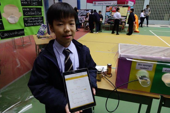 學生們製作模擬空氣的密封環境,並利用 PM 感測器量度空氣的 PM 值,從而檢視五款口罩的過濾功效。