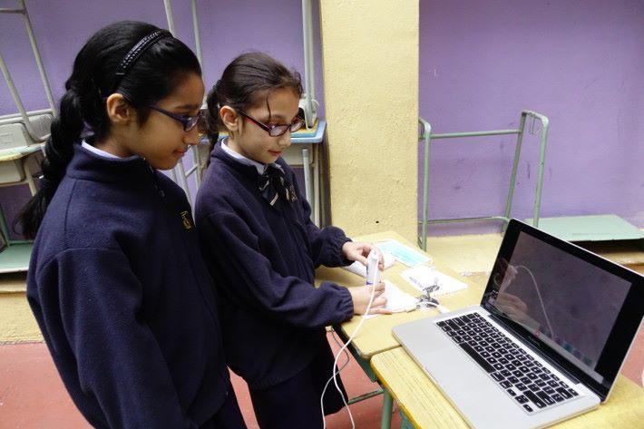 老師運用顯微鏡,讓同學觀察五種物料的結構,圖中是 Carbon filter 在顯微鏡下的情況。