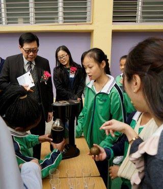 去年是以飲食為主題,學生運用中國養生智慧,製作出生津止渴的羅漢果汽水。