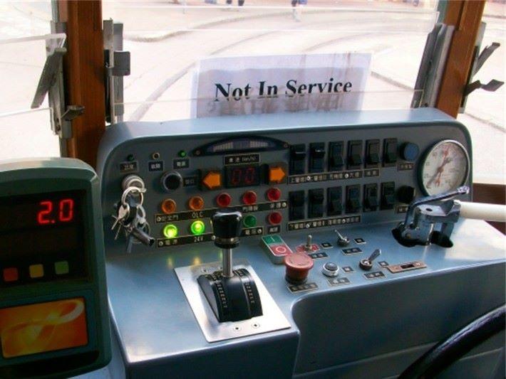 電車行經斷電區位置時是無法替摩打進行供電,故此司機需要放開手制讓電車以習性滑行流過斷電區。