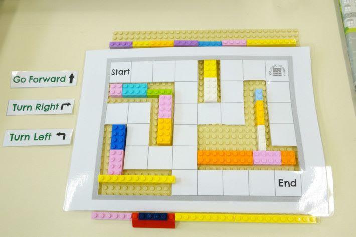 將設計圖放在 LEGO 盤上,同學可自行製作迷宮。