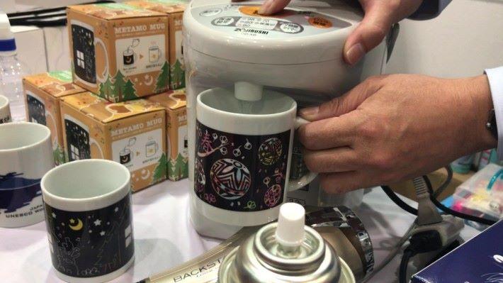 當加入熱水後,令杯內溫度上升使杯身的溫度也同樣上升的至特定溫度時,感溫變色材料塗層的顏色會消失。