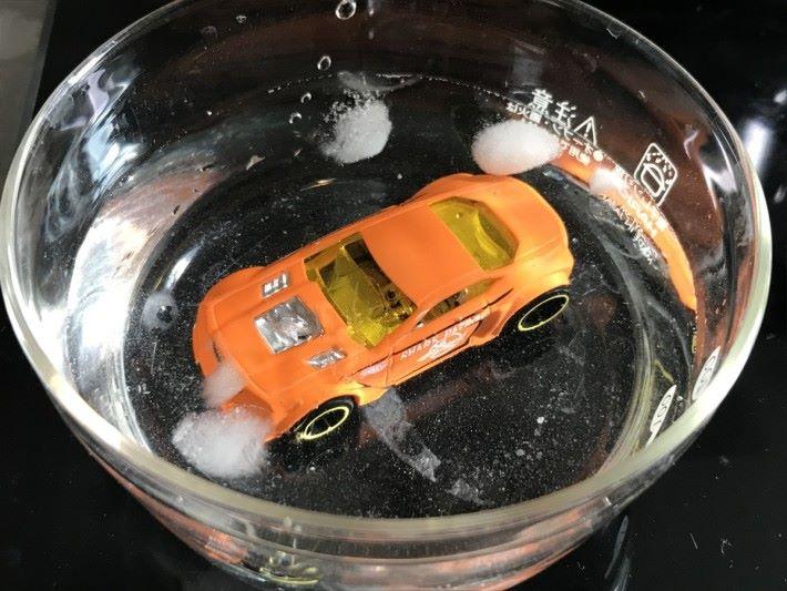 玩具於凍水時是橙色。