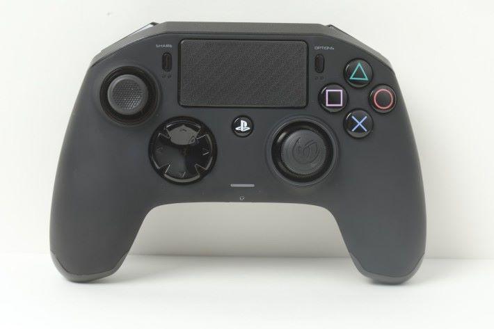 Pro 2 不論設計還是性能都勝過一般 DualShock 4 手掣