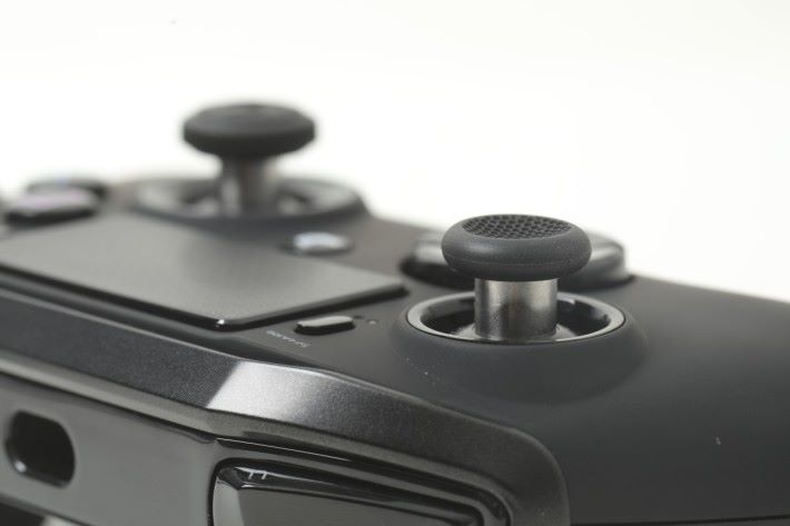 兩邊類比桿上的「冬菇」各自有不同形狀,左方採用方便長時間使用的凹陷設計。