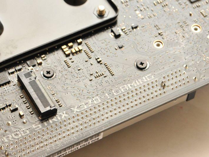 背部有一個 20Gb/s 頻寬的 M.2。